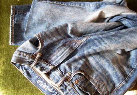 Лишь немногим везет купить джинсы, длина которых соответствует росту. Если просто обрезать и подвернуть, эта модная часть нашего гардероба утратить часть своего шарма. Ведь джинсы, особенно искусственно состаренные, имеют специфически обработанный край. Поэтому имеет смысл поделиться собственным опытом как правильно подворачивать джинсы. Фото проиллюстрируют весь технологический процесс. Для работы нам понадобится швейная машина, ножницы, линейка, карандаш, утюг, нитки в тон джинсовой ткани и, конечно, джинсы. Точно определяем длину штанин, делаем на них отметку. Измеряем ширину фирменного подгиба. Ровно такую длину отнимаем от длины штанин и делаем еще одну отметку. К этой длине добавляем 1 см и отрезаем. Теперь обрабатываем ту часть, которая осталась с фирменной подгибкой. Выворачиваем ее наизнанку. От края подгиба отмечаем 1см и отрезаем. Теперь вставляем эту часть в штанину, лицом к лицу. Обращаем внимание чтобы боковые швы штанины и обтачки совпали. Скрепляем части булавками или швом «иголка вперед». Делам шов на швейной машинке как можно ближе к линии подгиба оригинальной строчки. Необходимо напомнить, что работая с джинсовой тканью, надо выбрать иголку, предназначенную именно для этой цели. Ткань плотная, толстые швы накладываются друг на друга, обычная иголка может сломаться. После этого оверлоком или машинной строчкой «зигзаг» обрабатываем края среза. Обрезаем оставшиеся нитки и выворачиваем пришитую обтачку налицо. Отутюживаем шов таким образом, чтобы Утюгом образовавшийся шов заглаживаем так, чтобы образовавшийся срез отвернулся вверх. Подбираем цвет верхней нити близкий к цвету денима и настрачиваем по верхней штанины ткани максимально близко к стыку частей. Вот и все, обновленные джинсы готовы к прогулке! Теперь вы знаете как правильно подвернуть мужские джинсы. Но не только мужские, но женские, и детские тоже.