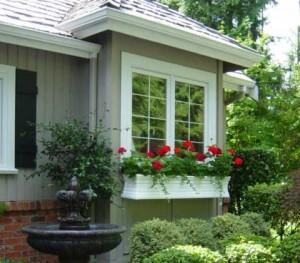 Способы декорации фасада цветущими растениями