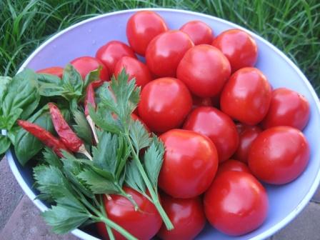 Консервовані помідори в кисло-солодкому маринаді