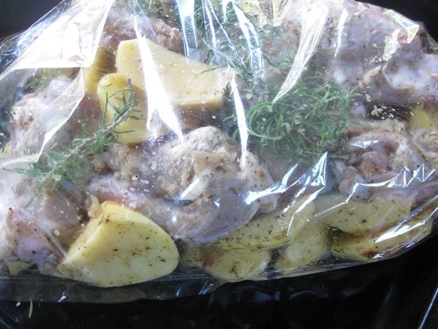 запечені ребра з картоплею в рукаві