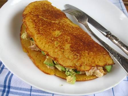 Пропоную приготувати оригінальні кукурудзяні млинці з начинкою із авокадо.
