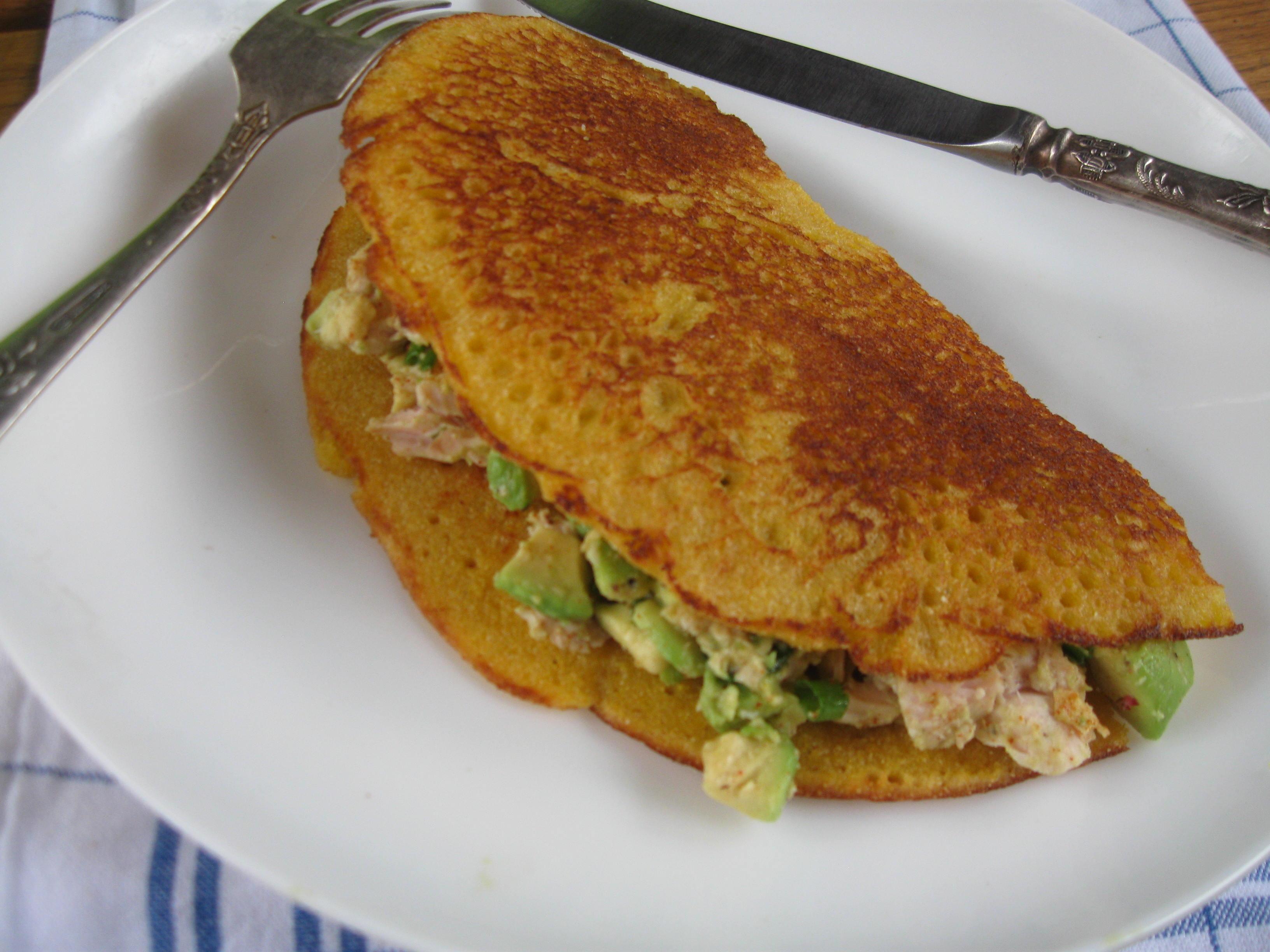 Кукурудзяні млинці з начинкою із авокадо