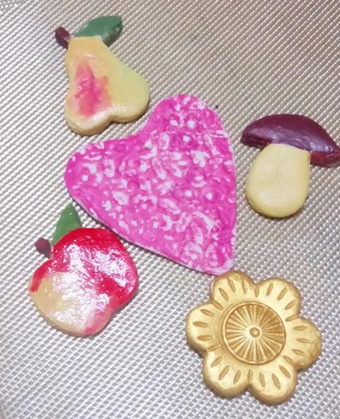З борошна можна не тільки пекти пироги і варити вареники. Воно може стати сировиною для красивих виробів із солоного тіста. Це можуть бути магнітики на холодильник, ялинкові прикраси, невеличкі подарункові сувеніри. Пропонуємо вам освоїти заняття, яке може стати новим захопленням. Історії невідомо, кому першому спало на думку створювати скульптури з борошна, води і солі, але є версія, що красиві вироби із солоного тіста придумали кондитери. Творчим кулінарам стало нудно випікати швидко черствіючі булочки і вони, удосконаливши рецептуру, винайшли матеріал, який не псується з роками і не втрачає своєї привабливості. Вироби з солоного - веселе хобі з серйозним підходом Солоне тісто - пластичний матеріал, з якого можна зліпити не менш цікаві вироби, ніж з пластиліну або з полімерної глини. Готові фігурки легко піддаються фарбуванню і декору, перетворюючись на справжні витвори мистецтва, які прикрасять інтер'єр вашої оселі. Головна перевага тістопластики - доступність матеріалів, які є в кожній кухні. Присутність в тісті солі консервує готовий виріб і захищає його від різних шкідників, небайдужих до борошняних виробів. Але вироби з солоного тіста мають недолік – вони, попавши в воду можуть розсипатися, а при падінні на підлогу – розбитися. Рецепт солоного тіста для виробів Для універсального солоного тіста для виробів потрібно такі продукти: - пшеничне борошно - 1 склянка; - дрібна сіль – ½ склянки; - вода - 1/4 склянки; - соняшникова олія – 2столові ложки. Борошно слід використовувати тільки вищого гатунку, що не містить висівок і будь-яких поліпшують добавок. Сіль також слід брати просту без йоду і інших добавок, але чисту і білу. Ідеально підійде «Екстра». Якщо не вдалося знайти сіль дрібного помолу, можна взяти чисту велику, розчинивши її у воді, взятій у обсязі по основному рецепту. Вода беремо холодну, може бути з під крану. На повітрі солоне тісто швидко твердне, тому зберігати її потрібно в щільно закритій баночці або закритому поліетиленовому мішечку, відокремлю