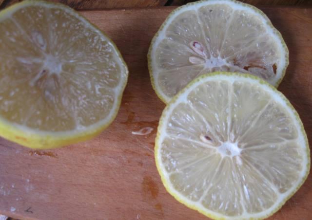 Коли вже полуниці наїлися вдосталь, полуничне варення і гострий соус також зварили, можна братися за заготівлю компоту на зиму. Зазвичай компотам з полуниці не вистачає грайливої кислинки і освіжаючого післясмаку. Долька лимона і гілочка м»яти легко вирішує ці проблеми. Як результат – божественнй полуничнй смак з делікатною ноткою цитруса і м»яти . Так, це полуничний компот Мохіто! Полуничний компот Мохіто на зиму: інгредієнти з розрахунку на 3л банку - полуниця – 300 г; - цукор – 1 склянка; - м»ята – 1-2 гілочки; - лимон – ¼ частина; - вода для заливки. Полуничний компот Мохіто на зиму: технологія приготування Добре помити банку і кришку Полуниці миємо в проточній воді і видаляємо хвостики. Миємо також гілочки м»яти і лимон. Лимон нарізаємо кружечками Перекладаємо банку полуницю, гілочки м»яти, і кружечки лимона. В окремому банячку варимо сироп з склянки цукру і 3-4 склянок води. Варимо до розчинення цукру. Вливаємо сироп в банку з ягодами. Акуратно доливаємо гарячу воду до повного заповнення банки. Прикриваємо банку кришкою і ставимо її на стерилізацію. Час стерилізації 15 хвилин ( з початку кипіння в середині банки). Герметично закручуємо кришку і перевертаємо банку догори ногами до повного охолодження. Полуничний компот Мохіто на зиму готовий. Переносимо банки з полуничним компотом Мохіто в комірку або підвал, хай там чекають свого зіркового часу. До речі, полуничний компот Мохіто можна готувати і на повсякдень. Просто довести його до кипіння, вимкнути і дати йому настоятися. Охолодити і пити з великим задоволенням.