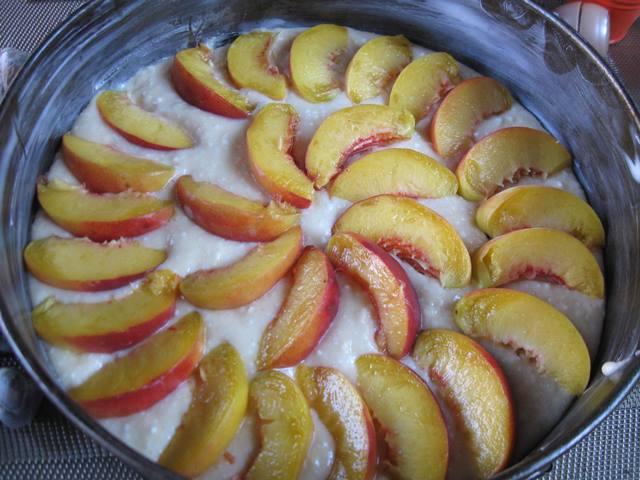 Сирна шарлотка з персиками