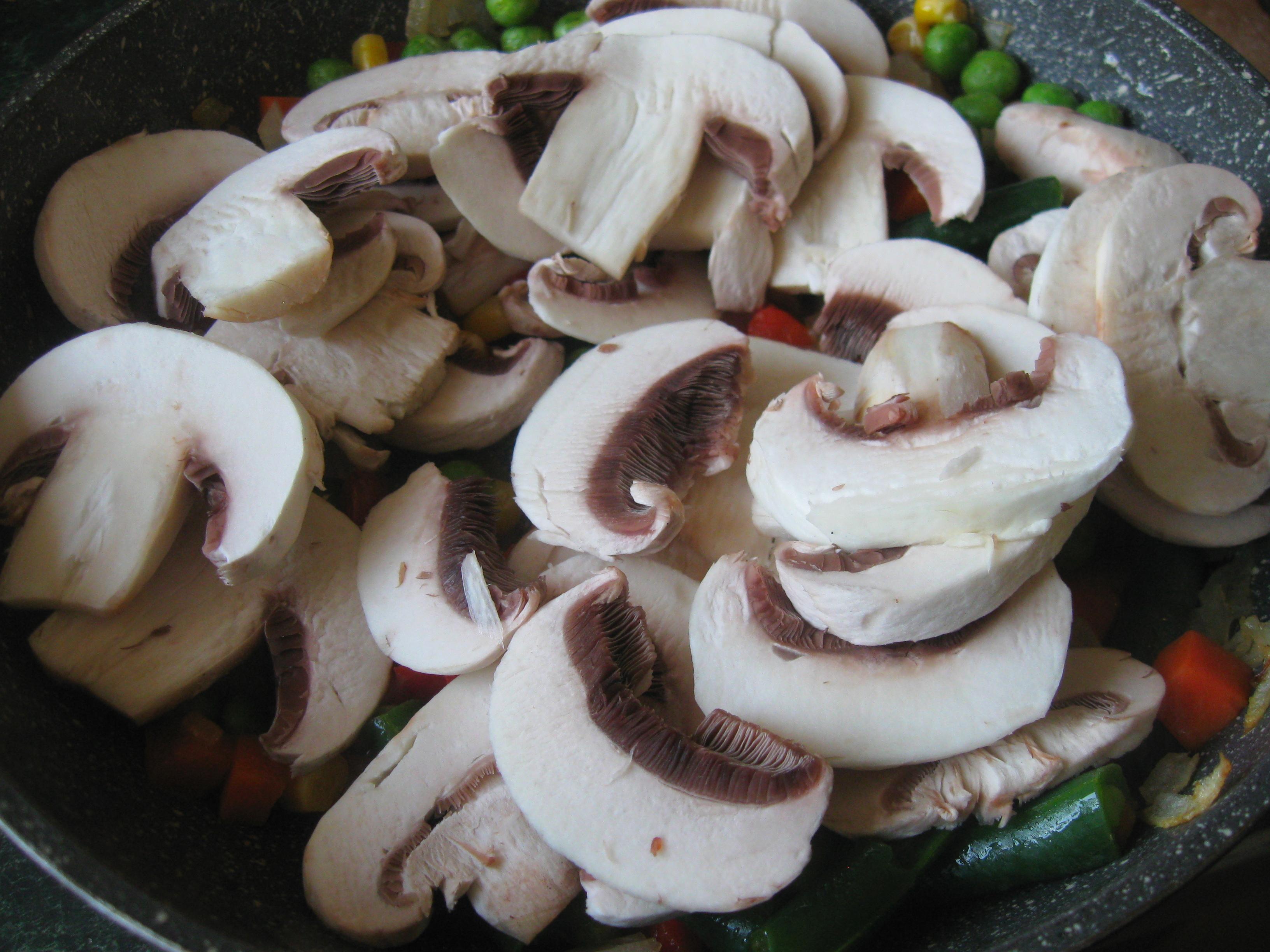 Запечений стейк лосося з рисом та овочами